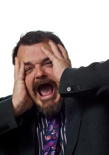 Photo d'une personne stressée par le travail